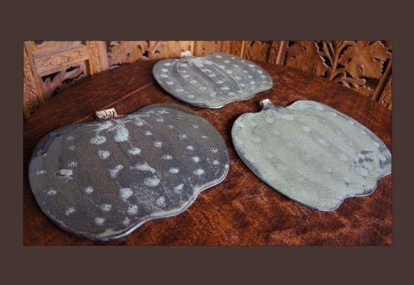 黄土結晶を模様掛けした、落ち着いた南瓜形のプレートです。ほぼ平板ですので、汁物は向きません。カフェプレートとしてカップやクッキーを置いたり、パンやチーズのお皿...|ハンドメイド、手作り、手仕事品の通販・販売・購入ならCreema。