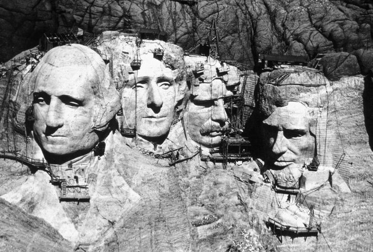 Как создавался грандиозный мемориал «Гора Рашмор» в Южной Дакоте http://kleinburd.ru/news/kak-sozdavalsya-grandioznyj-memorial-gora-rashmor-v-yuzhnoj-dakote/  «Гора Рашмор» – это национальный мемориал, высеченный в одноимённой гранитной скале в штате Южная Дакота, с которого взирают четыре величайших президента США. Строительство мемориала завершилось 31 октября 1941 года, таким образом, в этом году ему исполнилось 75 лет. Строительство национального мемориала «Гора Рашмор», около 1941 года…