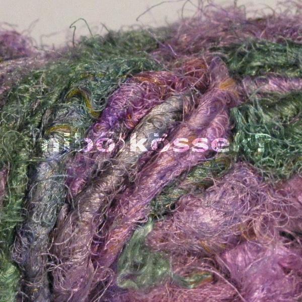 sari silk yarn in color ' bruise'. its colors are purples, blues and greens. just like a few days old bruise. / szári selyem fonal plezúr színben. színei a lilák, kékek és zöldek, pont mint egy párnapos plezúr :)
