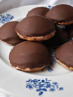 Chokladbiskvier med mjuk hasselnötsbotten och chokladsmörkräm.