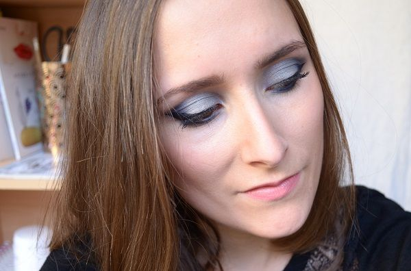 Un maquillage bleu glacé vous attend sur le blog. Je l'ai réalisé avec les fards à paupières ZAO. #maquillage #bleu #bleuglace #maquillagebio #zao