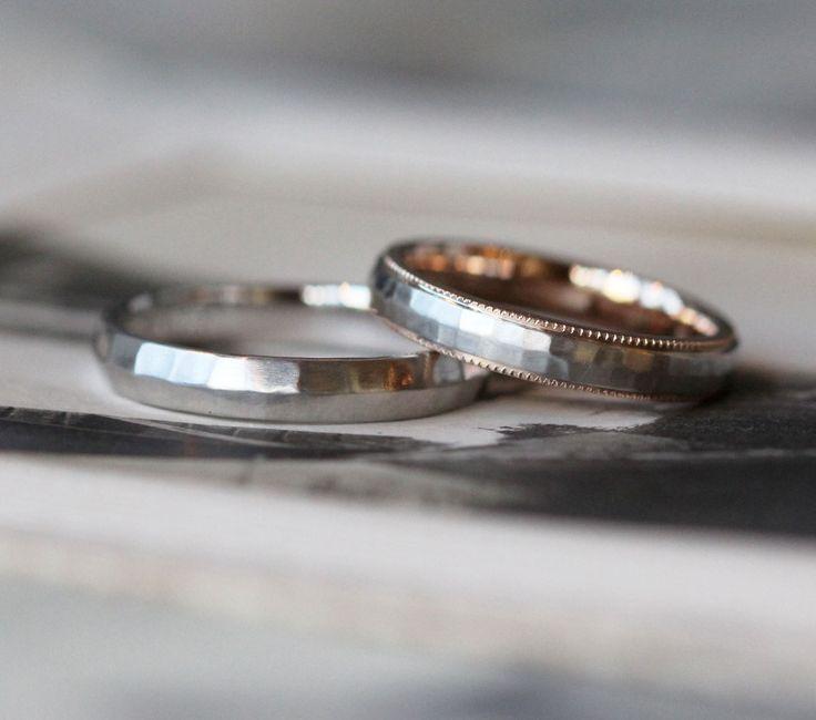 女性はピンクゴールドとプラチナのコンビカラー。 表面は槌目を打ったプラチナ、リングの内側はピンクゴールドでリングの両端にミルグレインを入れました。   男性は、プラチナのリング。表面には槌目を打ち、女性とお揃い感のあるデザインでお作りしました。  [marriage,wedding,bridal,ring,Pt900,K18PG,結婚指輪,マリッジリング,ウエディング,ブライダル]