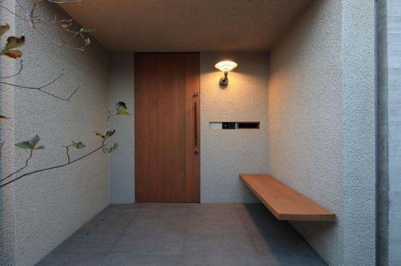 玄関前にベンチがとても便利