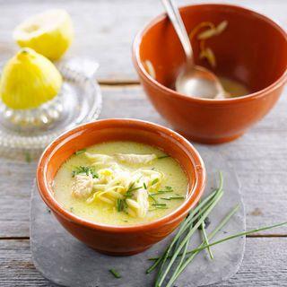 Soupe de poulet au citron 400 g de blancs de poulet • 75 cl de bouillon de volaille • 25 cl de lait de coco • 1 jus de citron • 1 branche de citronnelle • 2 belles poignées de pousses de soja • quelques brins de ciboulette • 2 cuil. à soupe d'huile d'olive • sel, poivre.