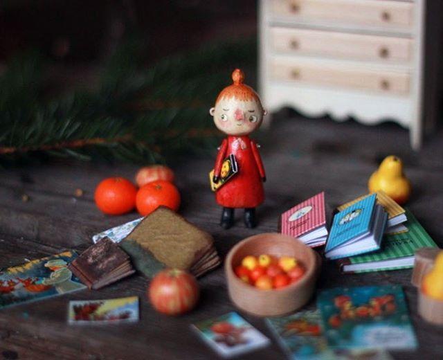праздник отгремел, а подарки продолжаются. будто к нам заглянул крошечный Дед Мороз и принёс целый мешочек крооошечных подарков. все эти чудесности от эльфа и мастера миниатюры @olgamutina спасибо, Оленька! ❤ мы с крошкой Мю немного ошалели от такого разнообразия и красоты 😤 что-то останется мне в личное пользование, другое полетит к вам. малышка Мю уже присматривает, что утащить в свой дом-шкаф 😏  #kotyasya_волшебники_среди_нас #woodentoys #kotyasya_процесс #moomin