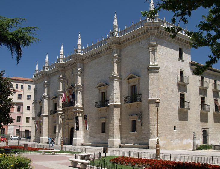El PALACIO DE SANTA CRUZ de Valladolid es la primera muestra de arte renacentista en España. Antigua sede del Colegio Mayor Santa Cruz, en la actualidad, el palacio es la sede del rectorado de la Universidad de Valladolid, del MUVA (Museo de la Universidad) y de la Fundación Arellano Alonso, cuyas colecciones de arte africano fueron donadas también a la Universidad de Valladolid.
