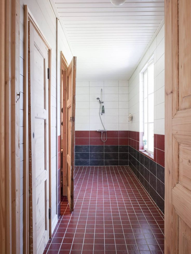 Suihkutilan kaikki laatat on ostettu Laattapisteestä. Vasemmalla ovet pikkuvessaan ja kylpyhuoneeseen. Perällä, kulman takana on sauna.Vanhat ovet on ostettu Rakennus-apteekista ja Fiskarsista. Ovet on putsattu ja ne on tarkoitus vahata.