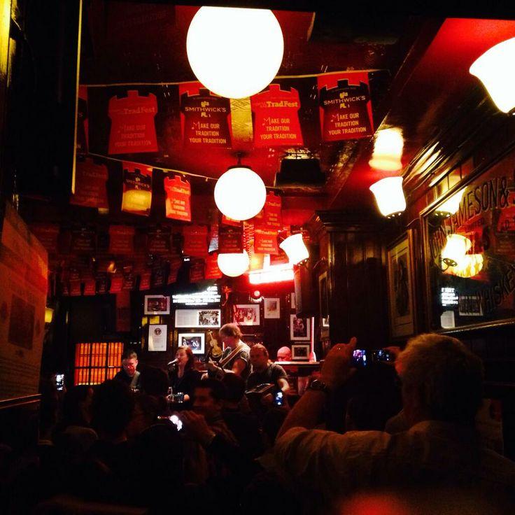 #Urlaubscountdown #27: Irland! Ich erfülle mir im Trinity College einen langgehegten Traum … und erlebe Abends in der Temple Bar den Weltrekordhalter im Marathon-Gitarrespielen. #DublinLive Teil 2: www.j.mp/DublinLiveTeil2