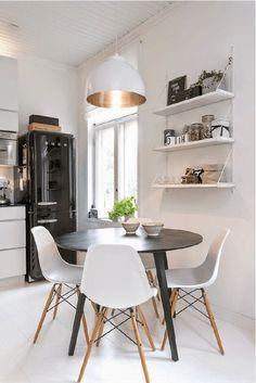 Cuisine #scandinave : table ronde, chaises eames, suspension cuivre et smeg noir sur @decocrush - www.decocrush.fr
