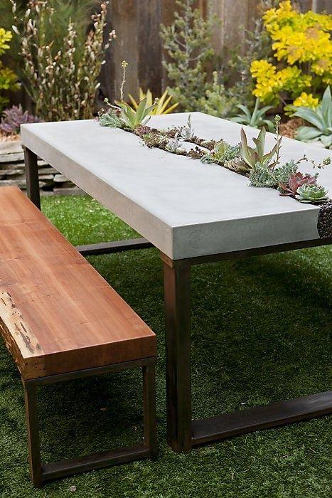 Betonter saftiger Tisch. Fünf Meter vom eleganten Tisch des Mondes entfernt