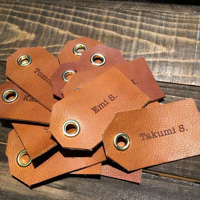 先日、trunk以外の式場でご結婚式を挙げられた新郎新婦様に、レザーの席札をお作りしました。…