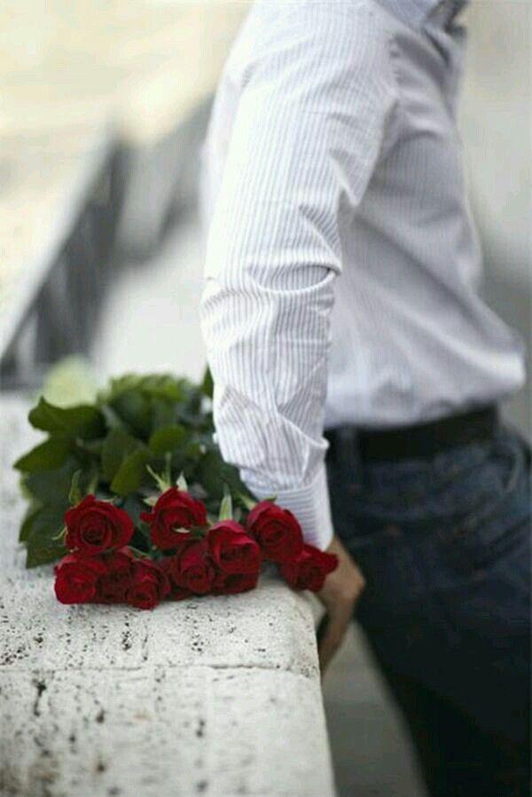 арсенале любой мужчина держит за спиной розу фото самый