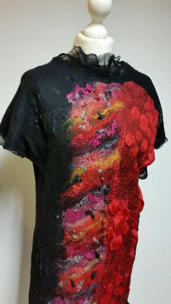 Gefilzte Kleid schwarz rot Seide Merino Wolle Wearable von Veuna