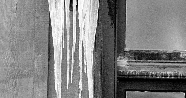 ¿Qué factores afectan el punto de fusión?. Los puntos de fusión varían de una sustancia a otra. El hielo se funde a 0ºC, pero el oro a 1.063°C y el oxígeno - 218,79°C, de acuerdo con el Departamento de Física y Astronomía de la Universidad Estatal de Georgia. Por otra parte, una sustancia dada no siempre se funde a la misma temperatura. Estos fenómenos resultado de varios factores que ...