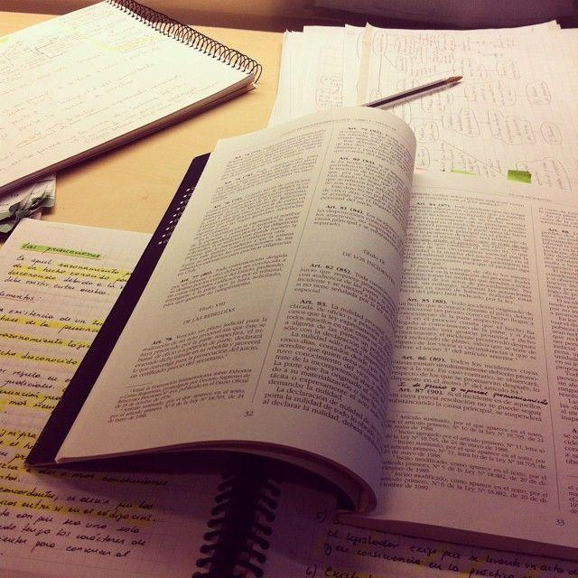 Estudiar Derecho se vuelve un desafío más grande mientras vamos avanzando por los años de formación. Y el examen de grado es la meta.  www.superatugrado.cl  goo.gl/bk6kfg
