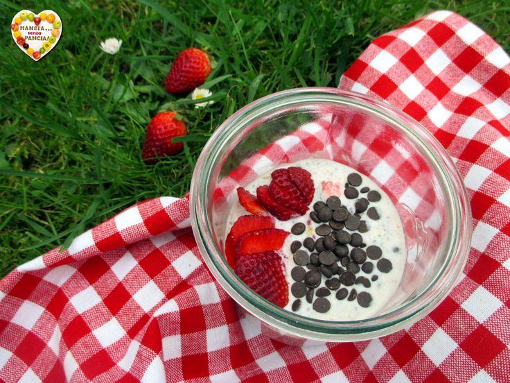 Ecco come preparare un porridge estivo con fragole e gocce di cioccolato tanto goloso, leggero e nutriente. Senza cottura e si prepara in meno di 5 minuti!