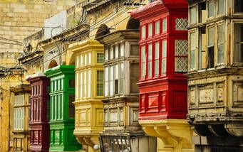 Typische Häuserfassaden mit Balkons auf Malta