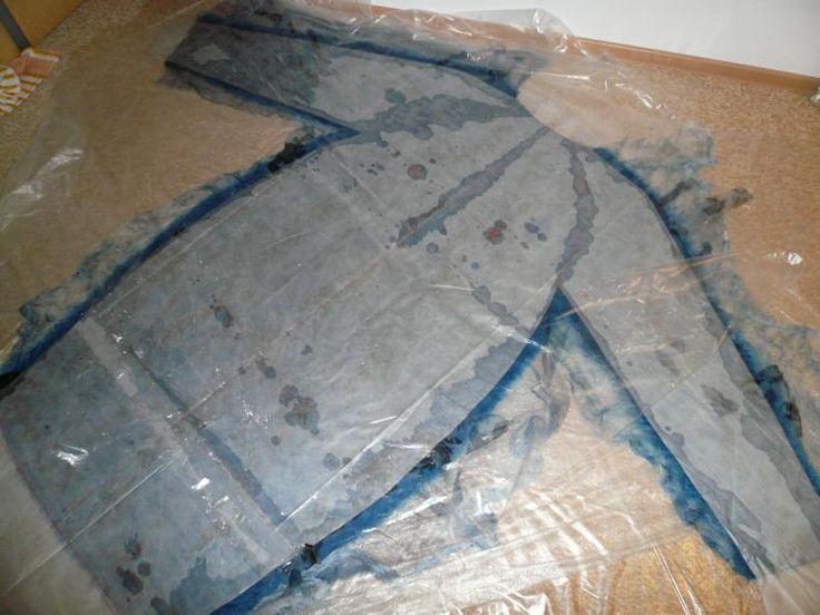 Моя любимая подруга Света весной заказала у меня летнее пальто-кокон в красивых сине-голубых тонах Я собралась с мыслями, решила, что сначала ( по правилам) нужен эскиз. Увидев эскиз, Света сказала: 'Мне нравится! Какая я высокая и стройная!' Пальто предполагалось на шелке, с фактурами, но сдержанно Сначала я покрасила шелк, шелковые платочки. Спасибо Кате Коршун за семинар по крашению, который…