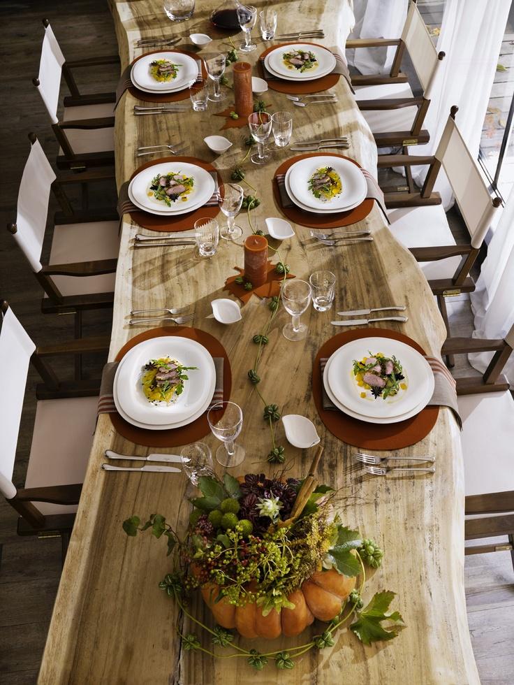 Masivní dřevěný stůl a klasická červená - nikdy nezklame