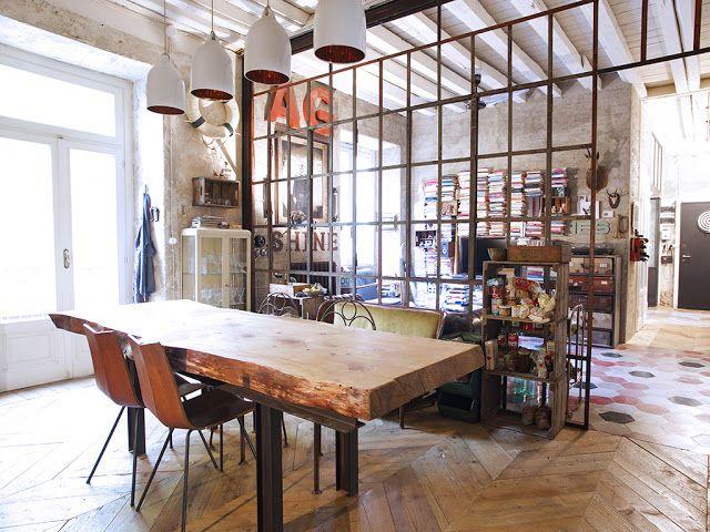 Loft de estilo industrial con mucho donde inspirarse: combinación de suelos de diferentes materiales y colores, estructura de cuarterones para dividir espacios, paredes crudas, lámparas colgantes...