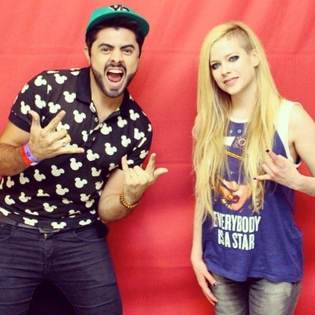 ROCK ON! | 8 Breathtakingly Awkward Pictures Of Avril Lavigne And Her Fans