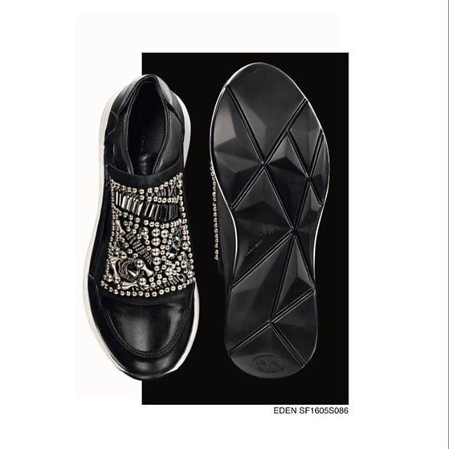 💯🏁 SNEAKERSZ 🏁💯 #sneaker #gympen #decoratie #zwart #wit #zilver #trakteerjezelf #fijneavond #toedels #mode #meisjes #heerlijkavondje