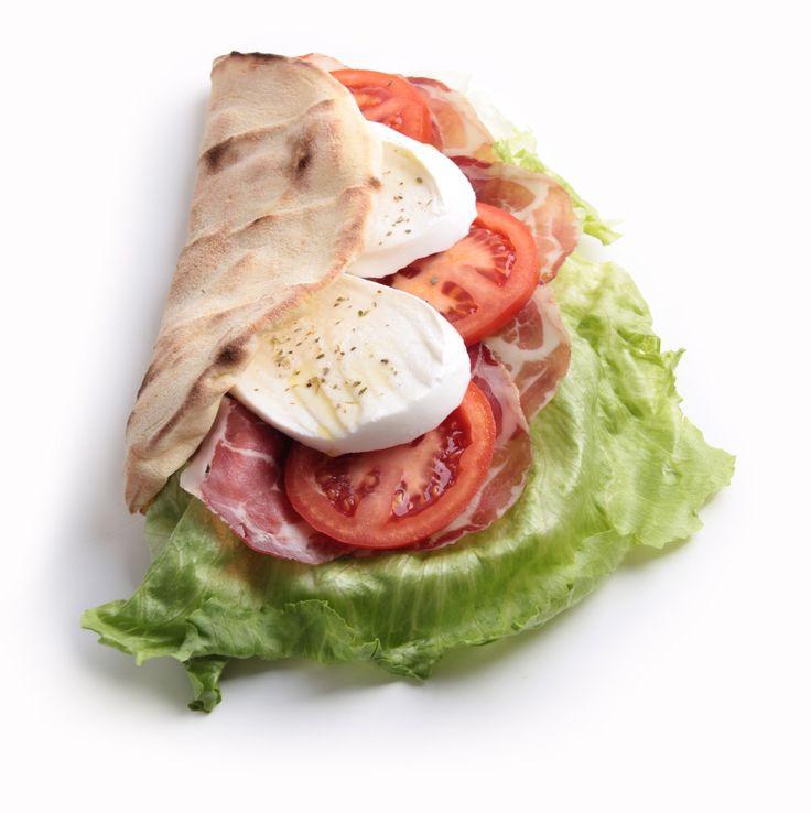 Panzerotto Farcito L'aspetto di un panzerotto e l'impasto di una pizza. È proprio grazie alla versatilità della base pizza U-TUB che è possibile realizzare facilmente i più svariati prodotti. Infornate per pochi secondi una base pizza U-TUB da 22cm così da renderla malleabile. Una volta fuori dal forno piegatela su se stessa a mezzaluna e condite la parte superiore con olio o con salsa di pomodoro. Rimettete il panzerotto in un forno casalingo a 250 gradi per 5 minuti