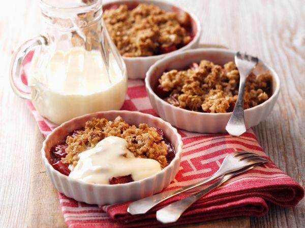 Havermout Crumble: 500g fruit 50g gesmolten boter  50g bruine suiker (of 2el honing/agave siroop/rozijntjes?) 100g havermout (nootjes/pompoenpitten) 50g bloem (amandelmeel/kokos) 1tl kaneelpoeder (180° voorverwarmd 30min - korst mag niet verbranden/crumble te bakken in pan) lekker met een beetje (geiten-) yoghurt