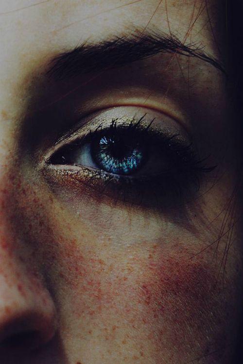 Ich liebe blaue Augen mit Sommersprossen. Oder braune Augen mit Sommersprossen. Ich mag nur Mädchen mit Sommersprossen, wahrscheinlich, weil ich eine bin.