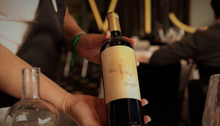 Θυμάμαι τη δεκαετία του '80 όταν σερβίραμε ένα κρασί στο εστιατόριο, ρωτούσαμε πάντα ποιος θα δοκιμάσει το κρασί. Η πιο συχνή απάντηση ήταν: δεν χρειάζεται, το γνωρίζουμε το κρασί, το έχουμε ξαναπιεί.