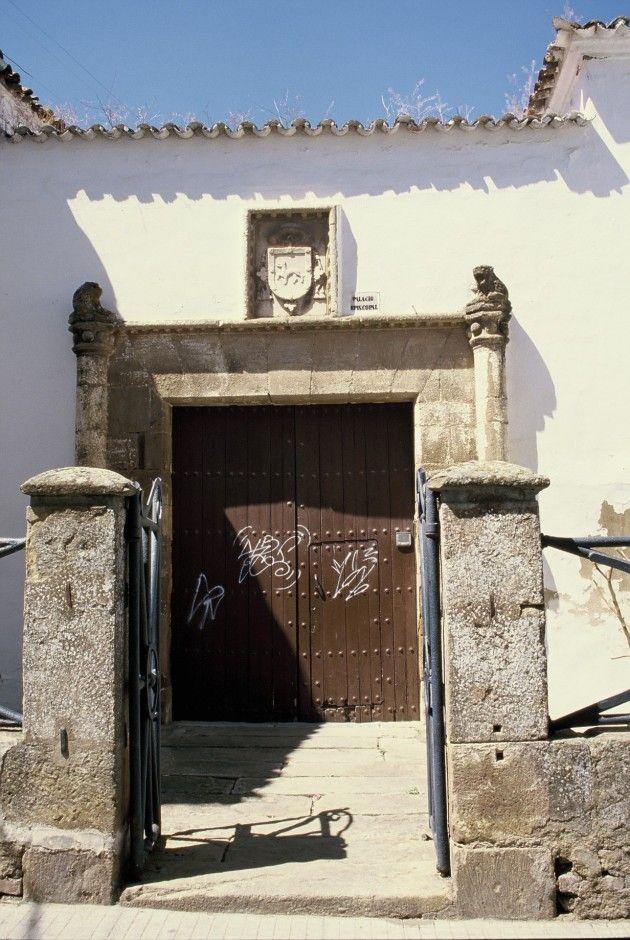 El Palacio Episcopal se sitúa muy cerca de la Plaza Mayorm, en la calle Zapatería. Deseamos que actualmente no existan estos horribles garabatos en su puerta de madera.