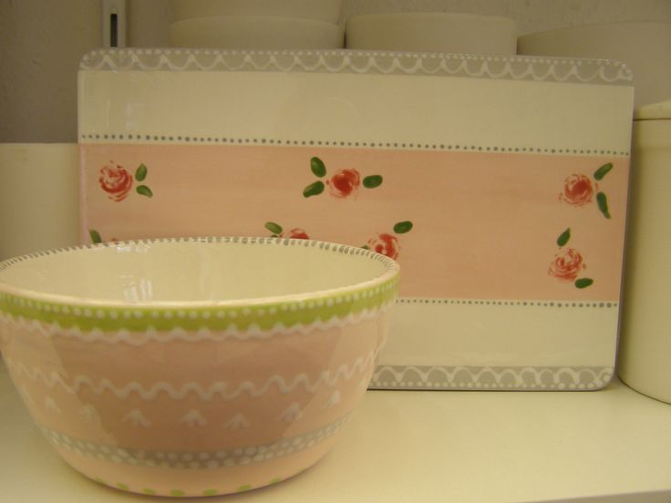 Frühstücksbrett und Müsli-Schale. Handbemalte Keramik. So kann man sich auf das Frühstück besondern freuen.