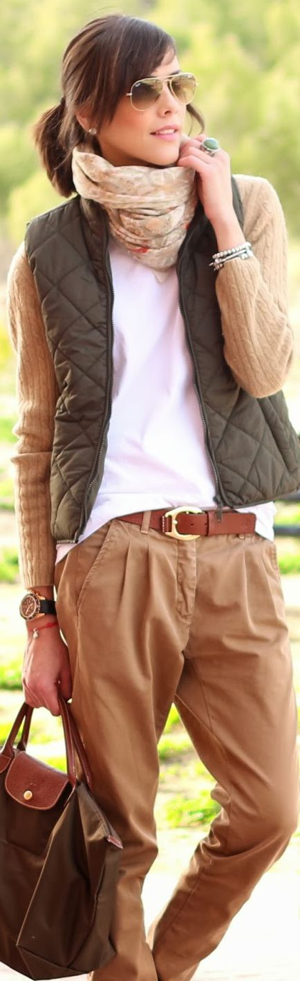 Muy cómodo para andar por la calle. Pantalon caqui y pañuelo beige, camiseta blanca y chaleco verde.