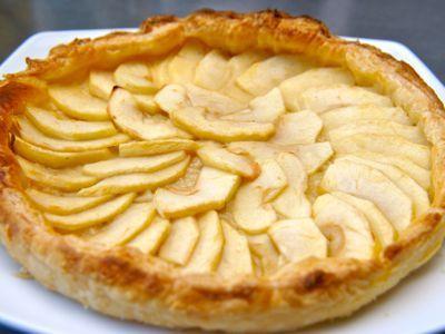 Franse appeltaart is licht en is in uurtje klaar. Gebruik lekker zoete appels bijvoorbeeld Golden Delicious of Elstar. De calvados geeft de appeltaart een extra Franse smaak.