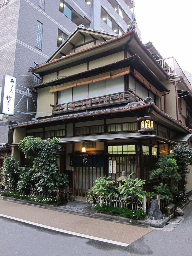 llogicas:    江戸 神田そぞろ歩き 甘味処「竹村」  昭和5年創業当時そのままで営業してはります。おしるこ、揚げ饅頭が有名・・・らしい。