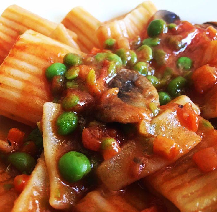 Oggi #pasta condita con #piselli e #funghi   Seguiteci su www.ricettelastminute.com !!!  #igersct #photooftheday #picoftheday #italy #italia #sicily #sicilia #iger #igers #igersitalia #me #followme #ricette #ricetta #recipe #recipes #foods #foodie #foodgasm #foodporn #foodpics