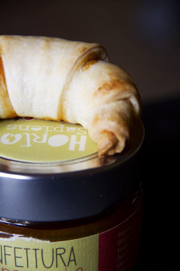 Brioche veloci con confettura di pere, peperoni e zafferano - Fast croissant with pears, peppers & saffron jam