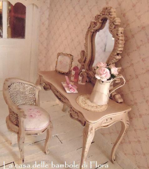 Coiffeuse baroque Français et tabouret 1/12 par FloraDollhouse