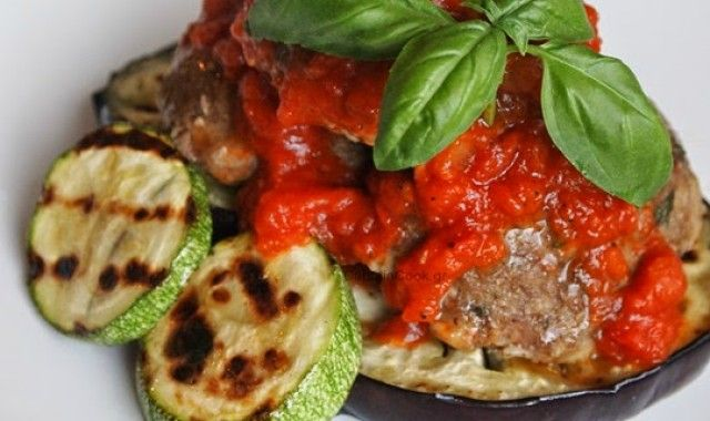 Ψητά κεφτεδάκια & λαχανικά στο γκριλ και έξτρα σάλτσα