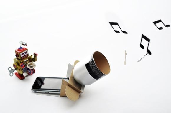 ll Consorzio Nazionale Recupero e Riciclo degli Imballaggi a base Cellulosica ci mostra come costruire un amplificatore per il nostro smartphone utilizzando un imballaggio di cartoncino e una bottiglia.