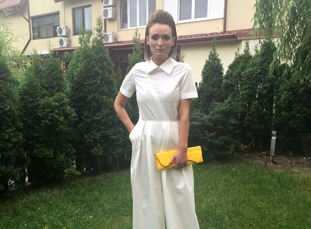 Cum s-a imbracat Carmen Negoita pentru Garden Party: o salopeta alba din bumbac, in loc de rochie de seara