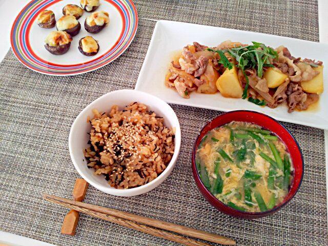忘年会続きだったので、久しぶりの投稿です(^^) - 7件のもぐもぐ - 今日の昼食 肉じゃが、しいたけの味噌チーズ焼き、にらたま味噌汁、ひじきのごはん by pinkironohiyoko