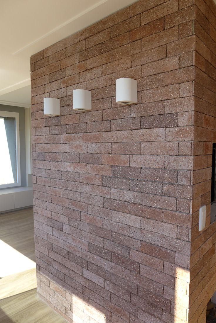Parede revestida com tijolos da palimanan e arandelas para efeito de ilumina o suave piso - Vinilico para paredes ...