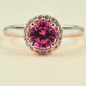Halo-Diamantring aus 18 Karat Weißgold mit Saphir. Set mit einem 6mm runden rosa Sri Lanka …