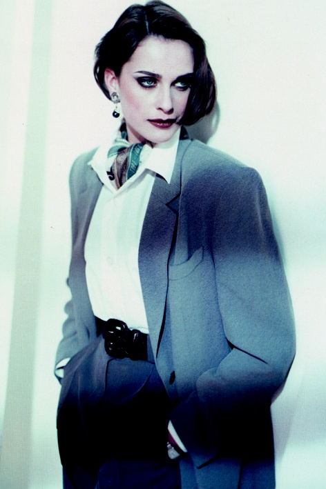 Back to the nineties: Model in a white blouse, high waisted pants and oversized blazer.