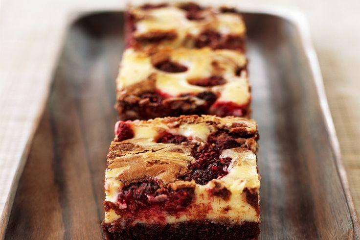 Een regelrechte blijmaker: deze brownie & cheesecake ineen uit ons bakboek. Wij bakken 'm voor Valentijnsdag. Easy te maken en zó lekker.   brownies met frambozencheesecake gebak | ± 15 stuks 200 g pu