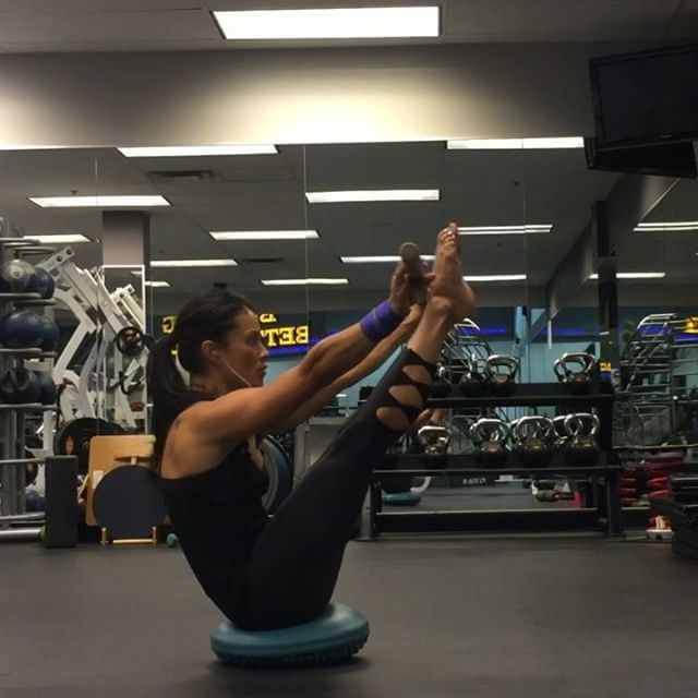 Getting #stronger everyday, even with my forced rest days ☺️.  #Sade because that was what I was listening to when I was training   All things in #balance - not always my #sanity or my #life but at least I can control my #core  Checkout my snapchat - fitladycarm for some #bts of my workout and an up close view of the tools I used for this workout ☺️ #abs #calisthenics #yoga #play #workout #handstand #yoga #gymnastics #carmelrodriguezfit #exercise #health #instagramfitness #acro