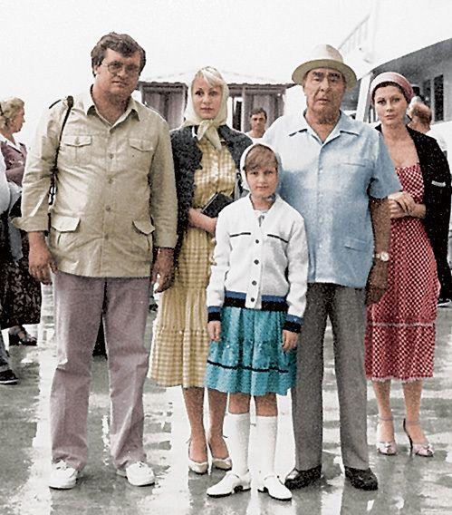 Л. И. Брежнев с внучкой Викторией (слева от генсека), её мужем Геннадием ВАРАКУТОЙ и правнучкой Галей