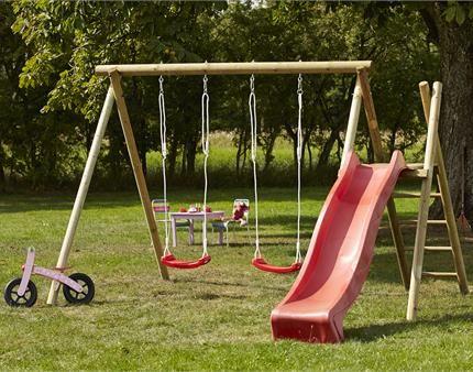 Lad dine børn hygge sig i det gode vejr, med en flot rød rutsjebane fra PLUS.