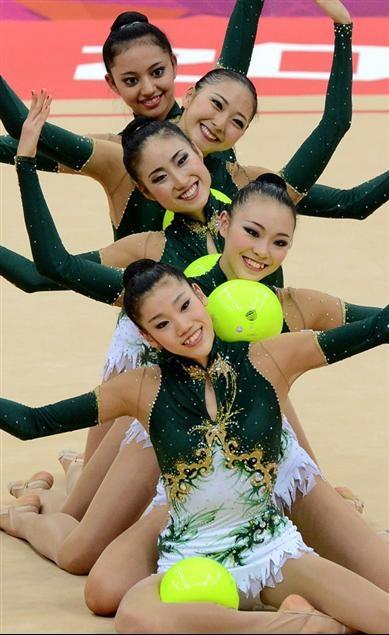 新体操の団体予選でボールの演技を披露する日本チーム=ウェンブリー・アリーナ(撮影・山田俊介)